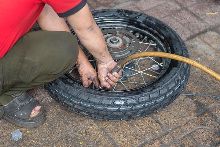 Hướng dẫn cách vá lốp xe máy đơn giản tại nhà