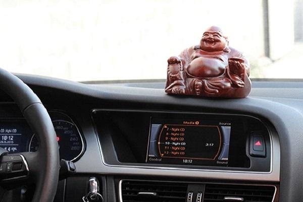 tượng Phật phong thủy trên ô tô