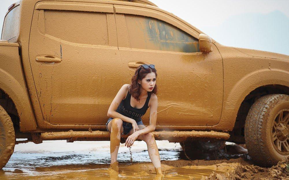 """Ngắm người đẹp """"tắm bùn"""" cùng xe địa hình chất lừ"""